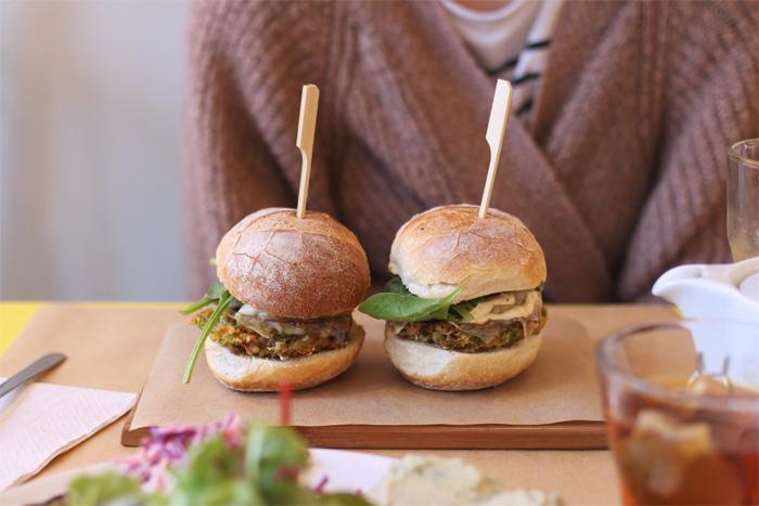 ami-vegetarien-bio-flagey-ixelles-vegetalien-restaurant-cantine-lunch-burger-brussels-bruxelles-brusselskitchen-bon-plan-new-food-trendy-joint-legumes-sain-frais-fresh-gluten-free-vegetables-veggies-resto01