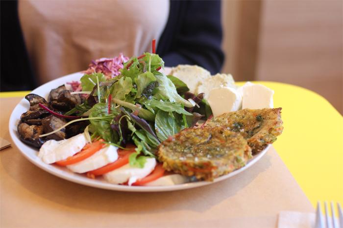 ami-vegetarien-bio-flagey-ixelles-vegetalien-restaurant-cantine-lunch-burger-brussels-bruxelles-brusselskitchen-bon-plan-new-food-trendy-joint-legumes-sain-frais-fresh-gluten-free-vegetables-veggies-resto03